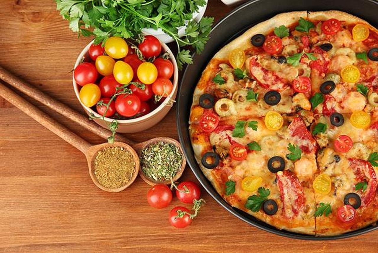 طريقة عمل البيتزا طريقة عمل البيتزا بالصور و عجينة البيتزا بانواعها