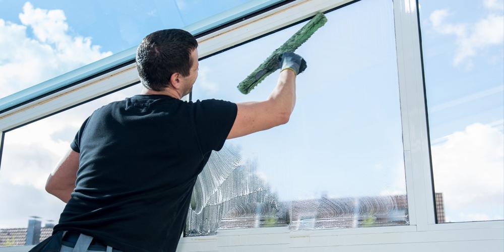 كيف تقوم بعملية تنظيف الزجاج باسلوب سهل وبسيط